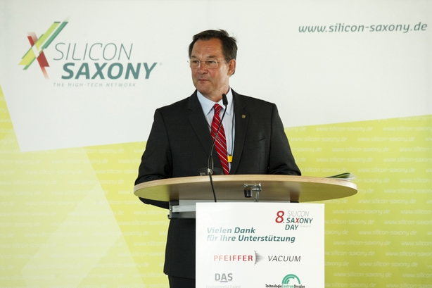 Silicon Saxony President Heinz Martin Esser welcomes the guests of the plenary session.
